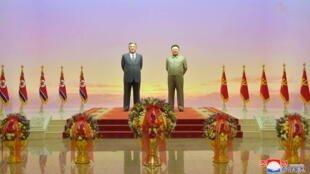 Hoa đặt trước tượng Kim Il Sung và Kim Jong Il