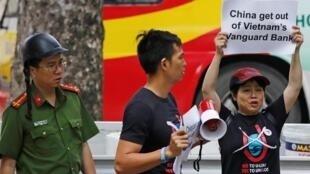 Một vài người phản đối tầu khảo sát của Trung Quốc thâm nhập bãi Tư Chính của Việt Nam trước đại sứ quán Trung Quốc ở Hà Nội, ngày 06/08/2019.                REUTERS/Kham