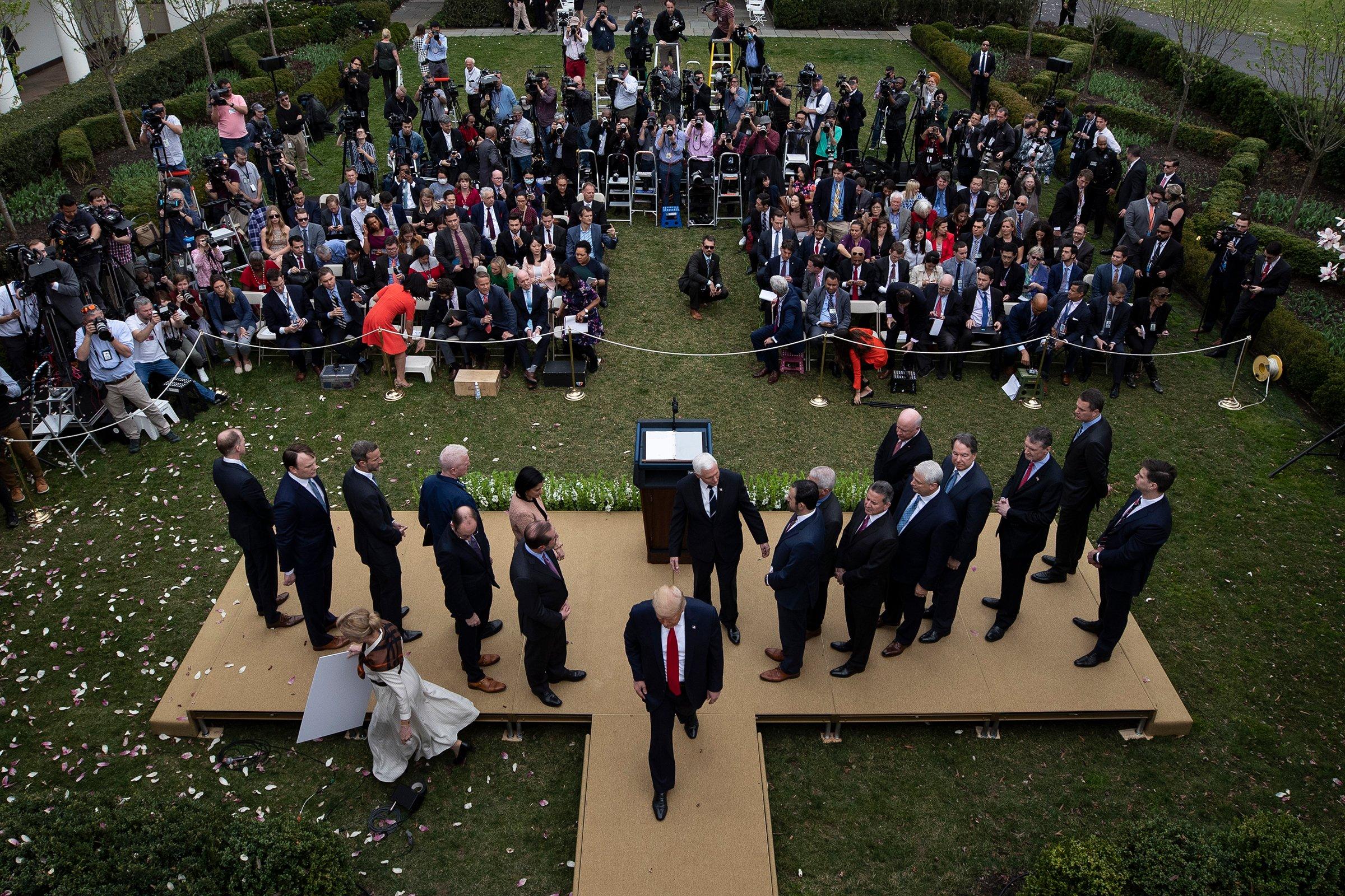 O presidente Trump deixa o pódio depois de anunciar uma emergência nacional durante uma entrevista coletiva sobre o coronavírus na Casa Branca em Washington, DC, em 13 de março.