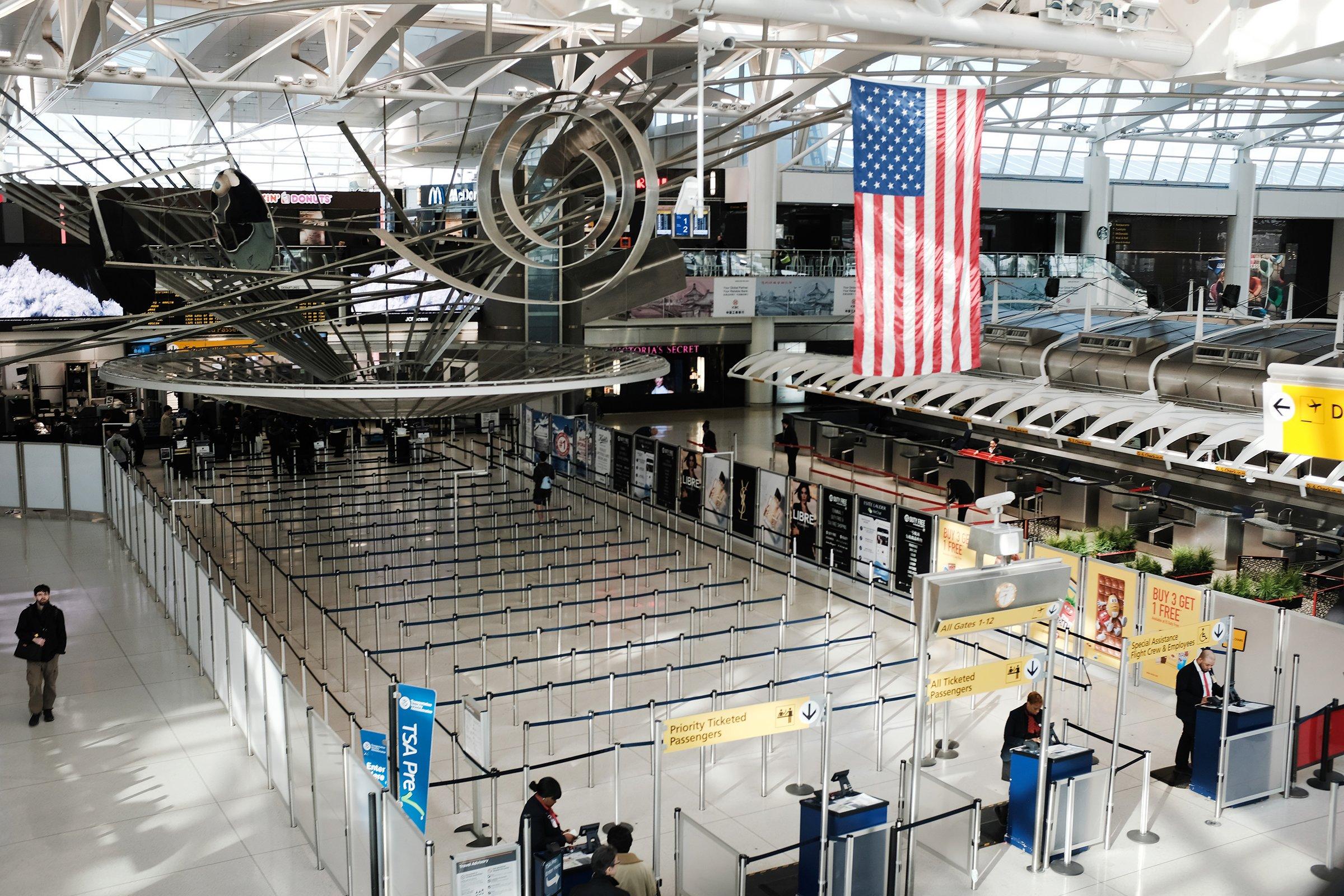 Um terminal de partidas internacionais esparsas no Aeroporto Internacional John F. Kennedy, em Nova York, no dia 7 de março. Dias depois, à medida que as preocupações com o coronavírus aumentavam, o presidente Trump anunciou restrições aos viajantes da Europa.
