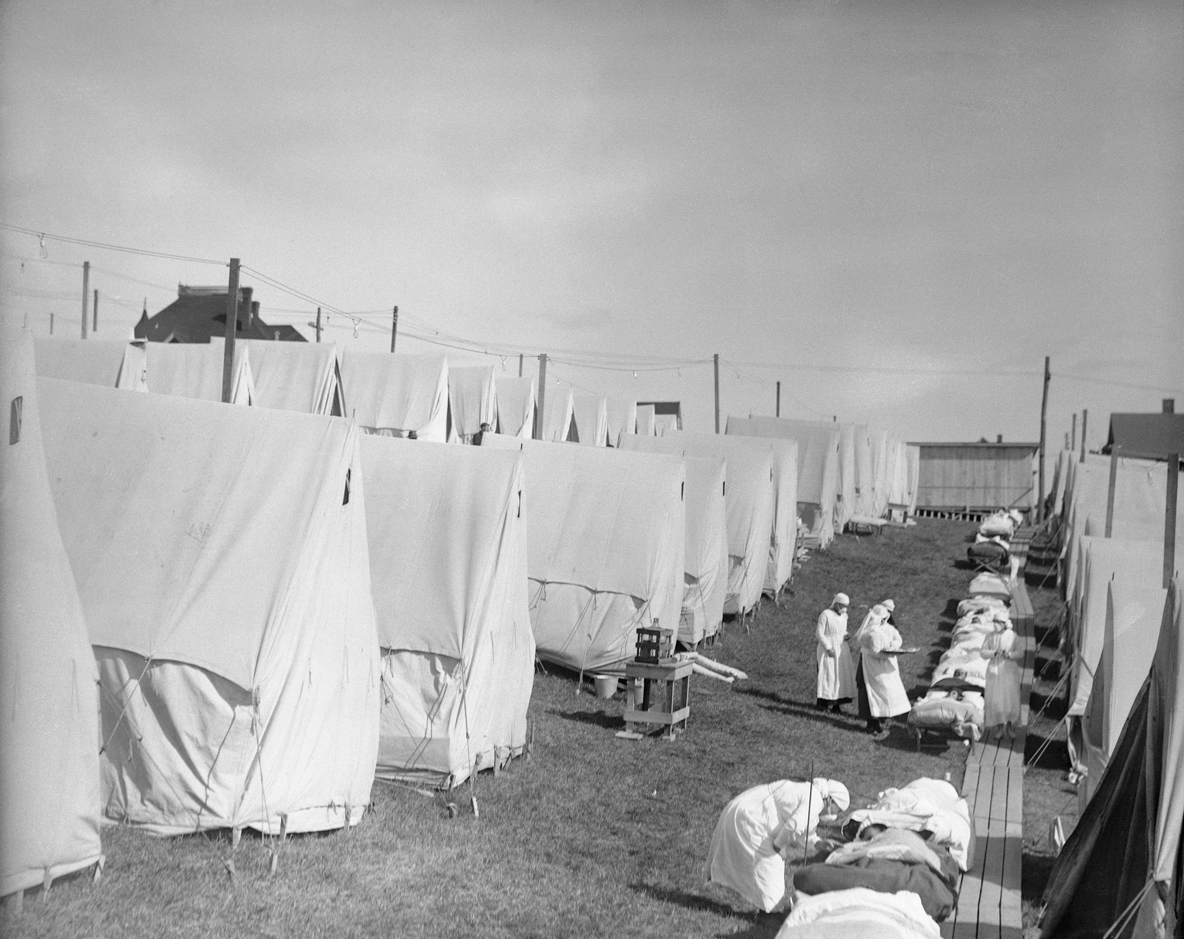 """Um campo de gripe, onde os pacientes receberam """"tratamento com ar fresco"""" em 1918."""