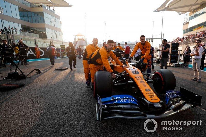 Carlos Sainz Jr., McLaren MCL34, llega a la parrilla.