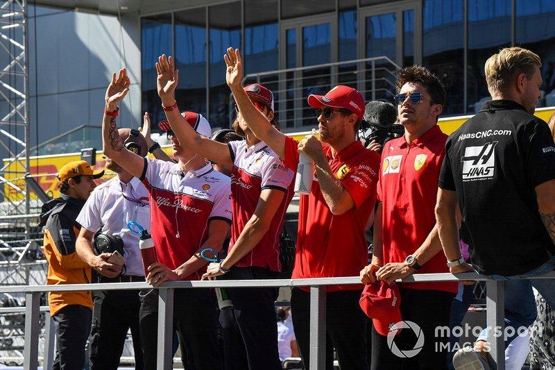 Kimi Raikkonen, Alfa Romeo Racing, Antonio Giovinazzi, Alfa Romeo Racing, Sebastian Vettel, Ferrari, y Charles Leclerc, Ferrari, en un desfile de pilotos.