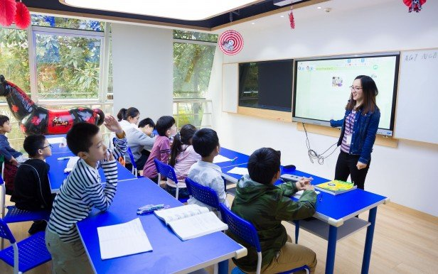 Students learn English in Alo7