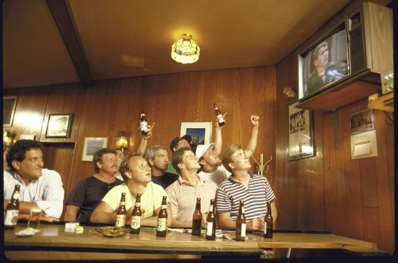 Patrons at a bar watching the Iran-Contra hearings. Reagan had an approval rating of around 50 percent even after the Iran-Contra scandal was revealed. Democratic efforts to impeach him could easily have wound up backfiring.