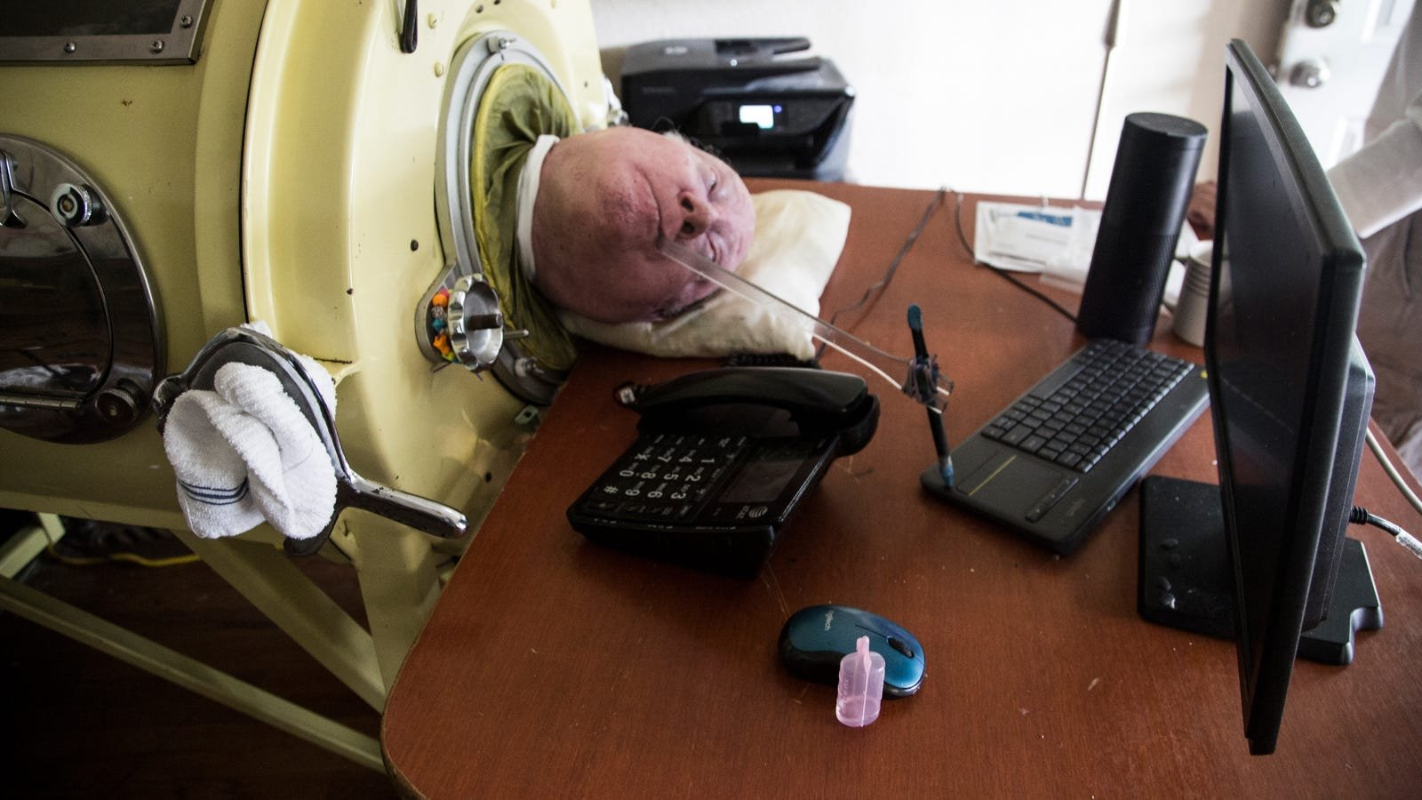 Alexander writes his memoir using a pen attached to a stick. Photo: Jennings Brown for Gizmodo