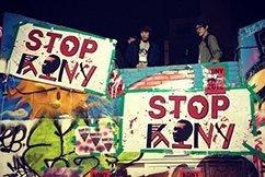"""POLITICA ESTERA CROWDSOURCE?  La popolare campagna """"Kony 2012"""" ha catturato l'attenzione dei giovani di tutto il mondo."""
