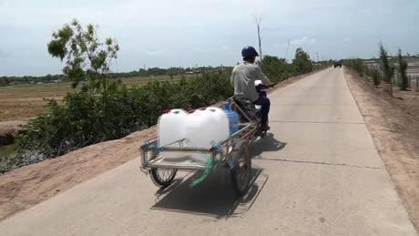 Hồ trữ ngọt Kênh Lấp trữ lượng một triệu m3 nước cạn trơ đáy, người dân phải mang can đi xin nước tại các điểm cấp công cộng. Video: Hoàng Nam.