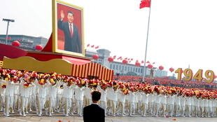Chân dung Tập Cận Bình tại quảng trường Thiên An Môn trong cuộc diễu hành kỷ niệm 70 năm quốc khánh Trung Quốc, ngày 01/10/2019.                © REUTERS/Thomas Peter/File Photo