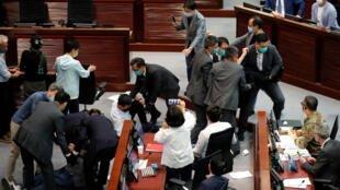 Nhân viên an ninh lôi các nghị sĩ đối lập Hồng Kông ra khỏi nghị trường ngày 18/05/2020.                REUTERS - TYRONE SIU