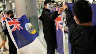 Những người biểu tình chống chính quyền đeo mặt nạ trong một trung tâm thương mại ở Hồng Kông ngày 28/04/2020.                REUTERS - TYRONE SIU
