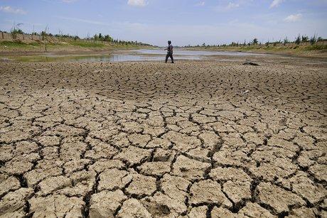 Nhiều đoạn giữa lòng hồ Kênh Lấp khô nứt nẻ, người dân có thể đi bộ băng qua. Ảnh: Hoàng Nam.