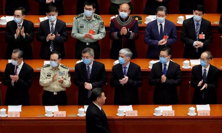 Ông Tập đi qua các đại biểu trong phiên khai mạc kỳ họp quốc hội Trung Quốc hôm 21/5. Ảnh: AFP.