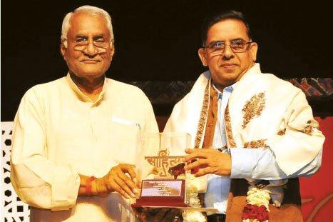 2016ലെ കേന്ദ്ര സാഹിത്യ അക്കാദമി പുരസ്കാരം അക്കാദി അധ്യക്ഷൻ കെ വിശ്വനാഥ തിവാരി പ്രഭാവർമ്മയ്ക്ക് സമ്മാനിക്കുന്നു