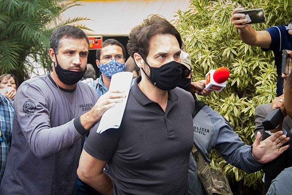 Policiais conduzem Dr. Jairinho à prisão no Rio de Janeiro