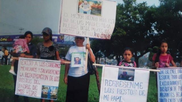 Pie de foto, Parada encabezó marchas en El Salvador para pedir la repatriación del cuerpo de su hijo y evitar la cremación.
