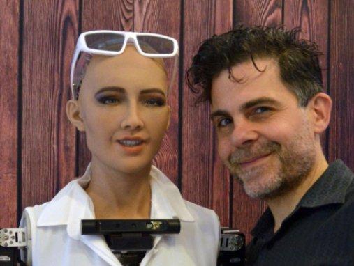 Sophia e seu criador David Hanson.  Fonte: Hanson Robotics
