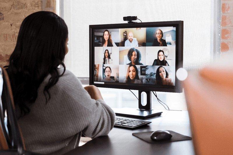 Figura 1. Uma configuração típica de zoom de grupo em que cada participante recebe o olhar de todos os outros continuamente