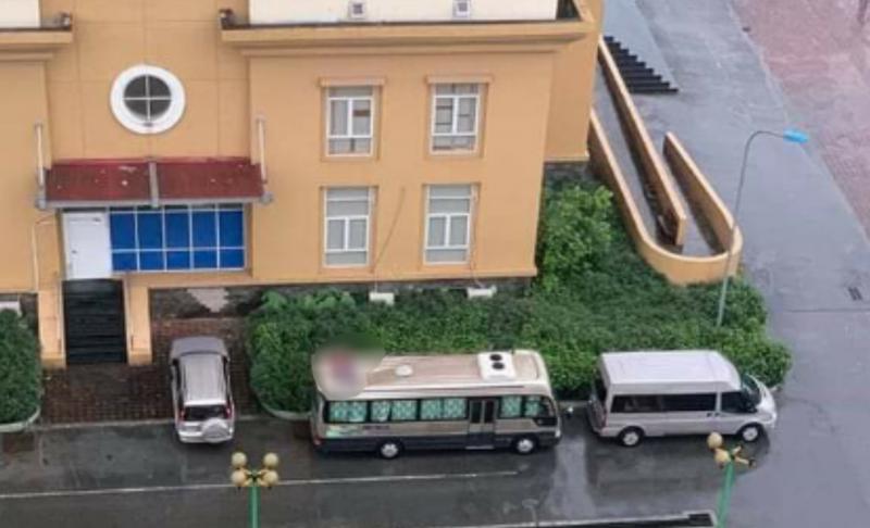 Hà Nội: Phát hiện thi thể người đàn ông trên nóc xe khách, nghi rơi từ chung cư xuống