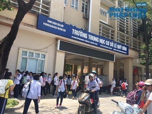 """Chủ tịch Hà Nội yêu cầu kiểm tra vụ trường khóa cửa lớp, học sinh """"đội nắng"""" chờ phụ huynh đến đón"""