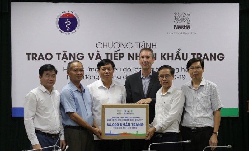 Nestlé Việt Nam ủng hộ Bộ Y tế 88.000 khẩu trang cho hoạt động chống COVID-19