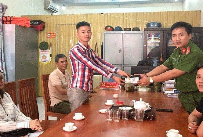 Bắc Giang: Trưởng Công an xã trả 38 triệu đồng và vàng cho người đánh mất