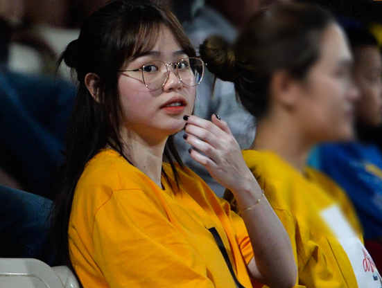 """Huỳnh Anh tới Hàng Đẫy xem Quang Hải thi đấu, khoảnh khắc nào cũng lộ cằm nọng """"kém xinh"""""""