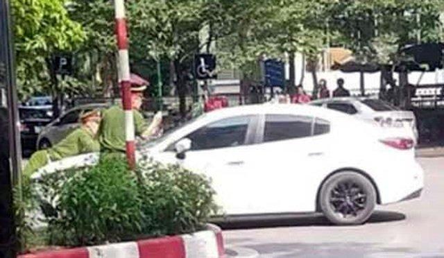Hà Nội: Bắt tạm giam tài xế ô tô hất cảnh sát lên nắp ca pô, bỏ chạy 1 km