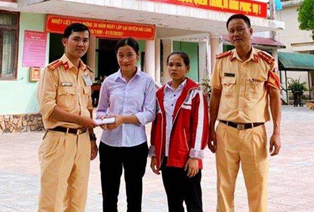 Nhặt được 50 triệu đồng, 2 nữ sinh ở Quảng Trị nhờ công an trả lại cho người đánh rơi