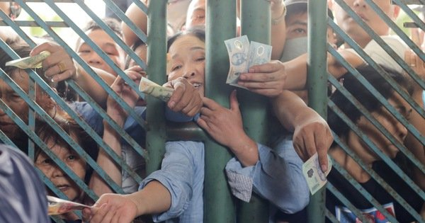 Chen lấn mua vé trận Nam Định - Hoàng Anh Gia Lai ở sân Thiên Trường