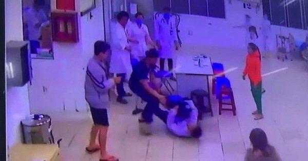 Hai cha con đánh tới tấp bảo vệ, điều dưỡng ngay phòng cấp cứu