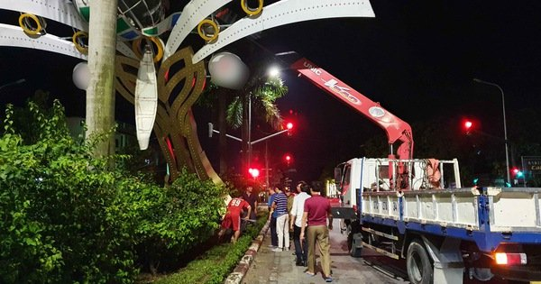 Nhiều cột đèn trang trí ở Vinh đổ sau mưa: Nhìn thép chân cột thấy hoảng
