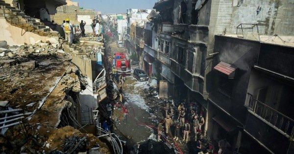 Pakistan tìm được hộp đen của máy bay rơi tại Karachi