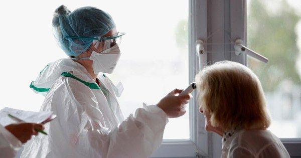 Pháp hứa tăng 'khoản lương đáng kể' cho nhân viên y tế