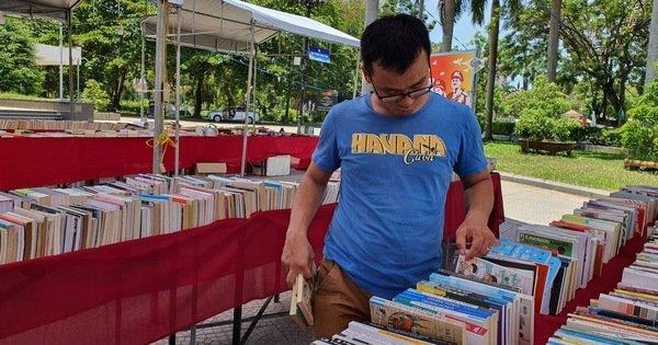 Sách lậu bán công khai ở hội sách giữa thành phố Huế