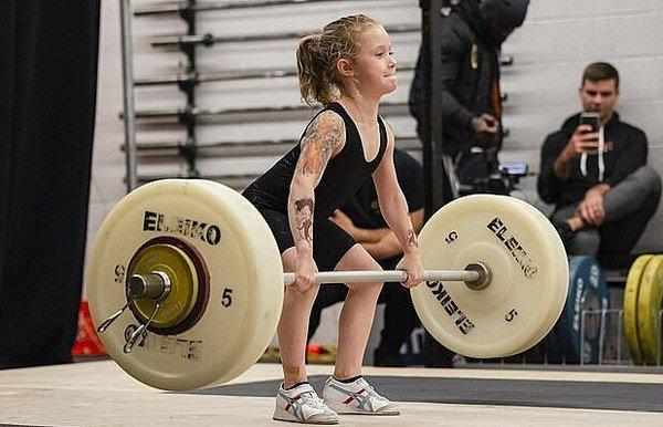 """7 tuổi nâng tạ 80kg, cô bé lực sĩ khiến cộng đồng mạng trầm trồ, đặt biệt danh """"con gái Hercules"""""""