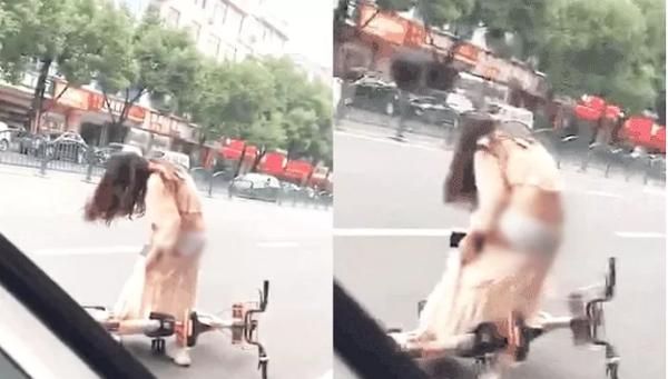 Dính váy vào xe đạp, cô gái xinh đẹp vô tình phô bày khung cảnh xấu hổ, lộ nguyên vòng ba siêu gợi cảm