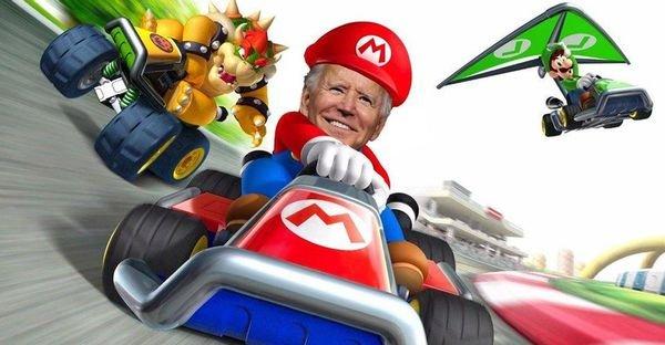Ngắm khoảnh khắc dễ thương: Tranh thủ thời gian rảnh rỗi, Tổng thống Biden chơi đua xe với cháu gái