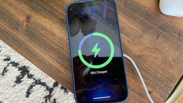 """Apple đưa ra khuyến cáo sạc pin iPhone đúng cách khiến CĐM bức xúc, """"mua điện thoại về để mình hầu nó à?"""""""