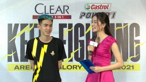 """Chẳng mấy khi được đứng cạnh MC Bảo Hẳng, tuyển thủ Heavy tranh thủ cất cao tiếng """"gáy"""", fan tìm ra quy luật đội chiến thắng"""