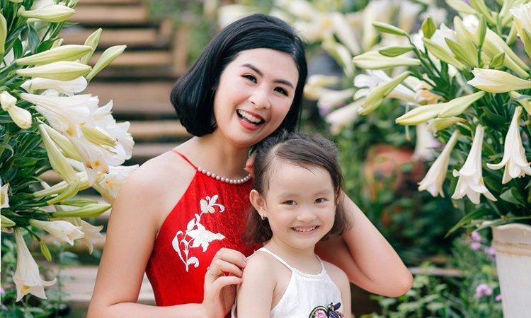 Ngọc Hân và con gái Hồng Quế diện váy yếm
