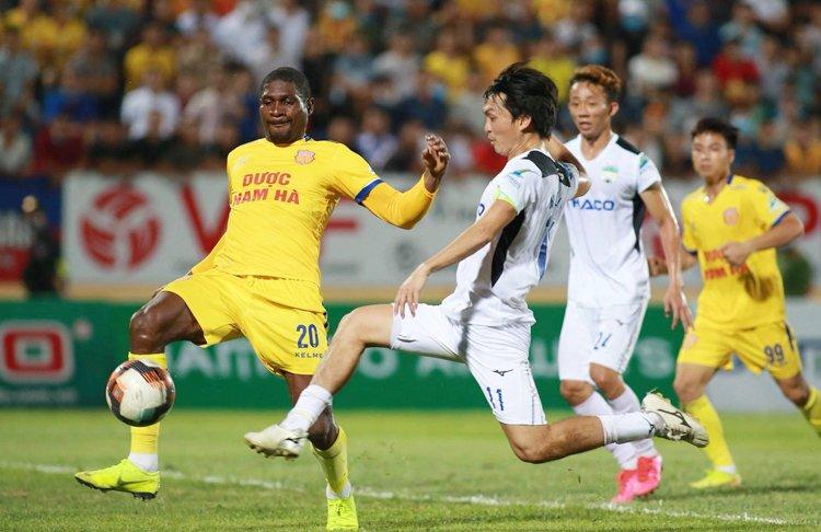 Lee Tae-hoon: 'HAGL thua Nam Định vì sân xấu'