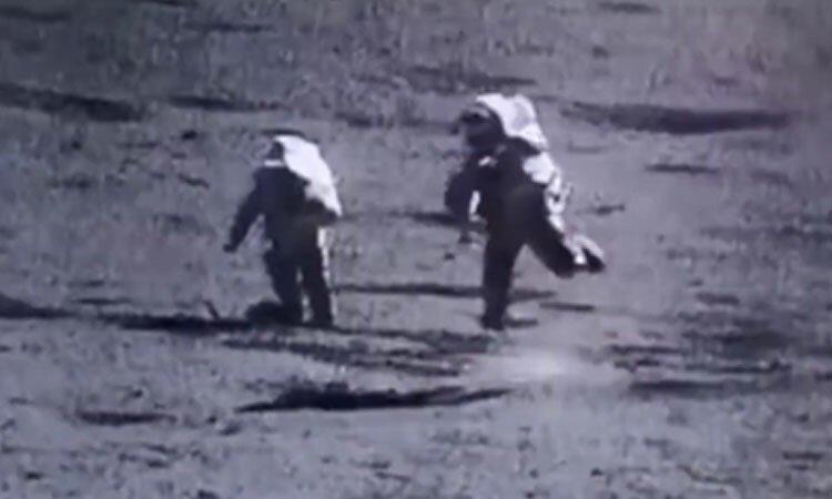Phi hành gia ngã dúi dụi đi trên Mặt Trăng