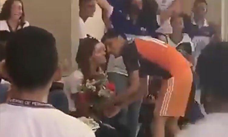 Cầu thủ tỏ tình với người đẹp sau khi ghi bàn