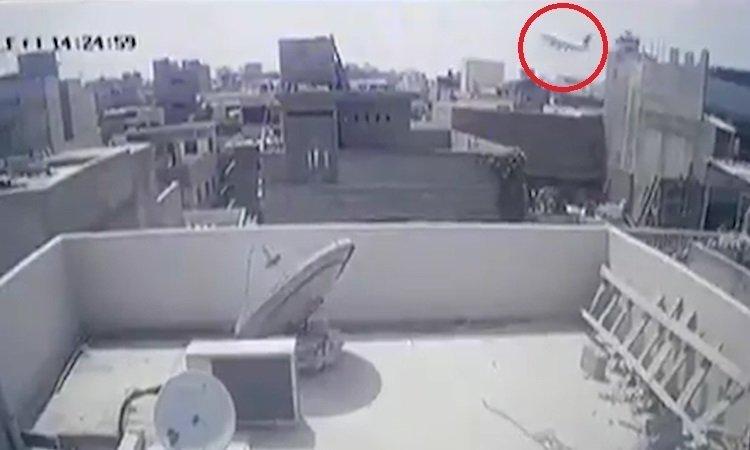 Giây phút máy bay Pakistan phát nổ
