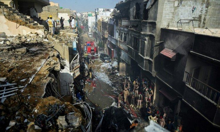 Tìm thấy 97 thi thể sau vụ rơi máy bay Pakistan