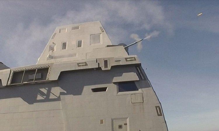 Siêu khu trục hạm Mỹ bị chê khi bắn thử pháo 30 mm