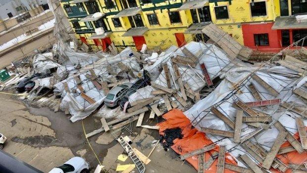 Australia: Giàn giáo bất ngờ đổ sập chôn vùi nhiều siêu xe trong đống đổ nát