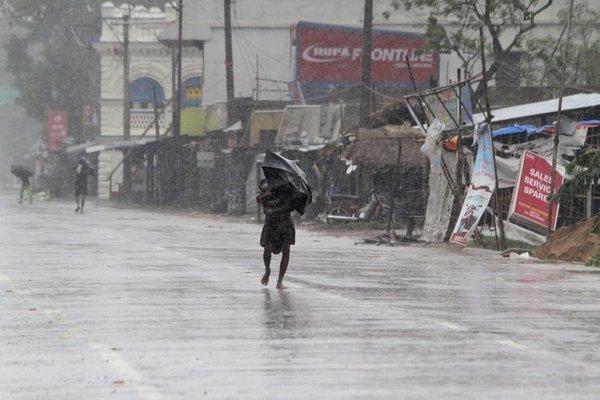 Thảm cảnh của người dân Ấn Độ, hết dịch bệnh lại bão lũ