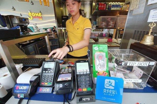 Singapore phát tiền hỗ trợ người nghèo trong dịch Covid-19 như thế nào?